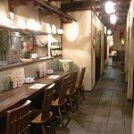 ジャミンカー - 左にカウンター席、右と奥はテーブル席です