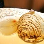 グリュイエール - 美味桃プチ、笠間地栗のモンブラン@最下層はパイ。厚めのボトムに生クリーム、固めのモンブランクリーム