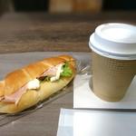 ベーカリー&カフェ カスカード - 塩バターパンサンドとアメリカーノ (イートイン)