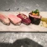 渋谷 道玄坂 肉寿司 - 厳選肉トロ盛り合わせ 大トロ(牛)、イベリコ豚、中トロ(馬)、和牛雲丹トロ軍艦