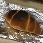 パルファン - 【さくじゅわ塩パン(110円+税)】店内のトースターでチン。2分だと焼きすぎになるようです(苦笑)