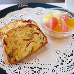 アーユルヴェーダ・カフェ ディデアン - ケークサレ&スープセット(1200円)のケークサレとミニフルーツ