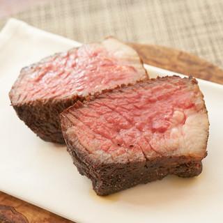 厳選和牛の新鮮な赤身肉の旨みをシンプルに楽しむステーキ