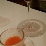 89789409 - お通しのパプリカのスープ?                                              プラムの香りがする濃くて飲みやすいデザート赤ワインのような…。