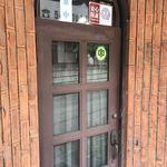 89789697 - 営業中の札がかけられてますが                       カーテンが閉まっているので                       中が見えず初訪者には                       ちょっと辛いかも(⌒-⌒; )