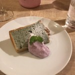 クラッティーニ - シフォンケーキにはクリームが添えられて。農園からのブルーベリーが混ぜ込んであります。