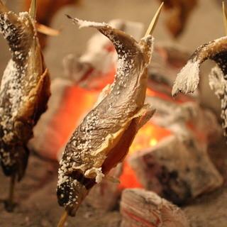 都心に居ながら囲炉裏端に集う。はぜる炭火に心が躍る。