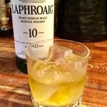 立呑 ぽっぽ亭 - スコッチウイスキー「ラフロイグ」(ロック)。久々にスモーキーさを味わった。たまにはいいね。ママ曰く『正露丸を飲んでいるよう、という人もいる』そうだが。
