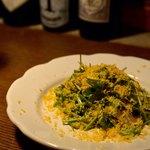 ekao - パクチーとブラウンマッシュルームとミモレットチーズのサラダ