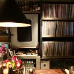 ekao - カウンター奥にたくさんにレコードが