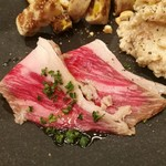 RUTSUBO KITCHEN - たっぷりサシの入ったまろやかな脂身とほぼ生に近いレアな肉の旨味、自家製の牛の生ハム