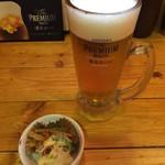 完全個室居酒屋 鳥錦 - 食い飲みAセット¥980の生ビール、お通し¥300(いずれも税別)