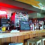 リトルパワーズ - バーカウンターには色々な種類のお酒が並んでて飲み物も充実(*´∇`*)