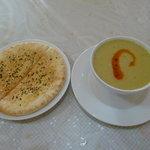 とんでイスタンブール - ランチセット スープとナンのようなもの