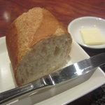 シャルボン - パンは温められたバケット 小さいけどバターも出ます