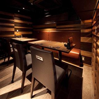 個室のほかに3階にはモダンなテーブル席があります。