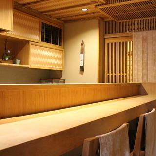 白木の天板が美しいカウンター。臨場感ある空間で過ごす寛ぎの時