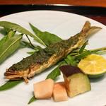 鉄板焼き いわ倉 - 千葉県産の鮎の鉄板焼き 蓼酢付け 水ナスの浅漬けと新生姜添えて