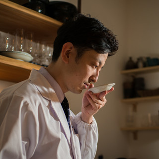京都の名店にて鍛錬を重み、独自の日本料理を展開する若き店主