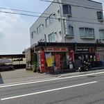 金龍 - お店の外観。お店の左側の通路に駐車可能。