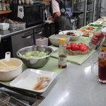 立ち呑み こやま - 料理はカウンターに並んでいます
