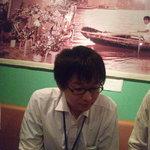 ハノイのホイさん - 壁の絵のどこかにホイさんが!?(手前はM山氏です)(2011.08)