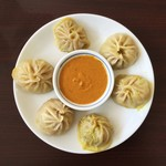 Ito MOMO Nepal Cafe - 料理写真:【単品のモモ(\600)】真ん中のソースは酸味のある冷たいソースでした