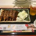 名古屋名物 みそかつ 矢場とん - 「串かつ」(700円)+「生ビール」(450円)。