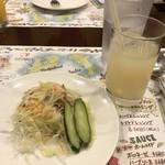 GINZA SCHEVENINGEN - セットのドリンクとサラダ