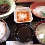 優辰 - 日替り定食(烏賊の刺身、ひじきの煮物、山芋の南蛮漬)