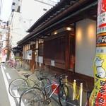 89872663 - お店外観 写真奥方向に御堂筋