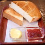 たうん - モーニングセット 500円 のトースト、バター、ジャム