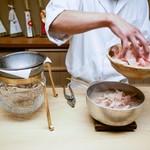 木山 - 出汁を取っています。
