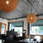 cafe bali gasi - オープンスペースな店内。ゆったりとしたソファー。