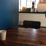 バイロンベイコーヒー - 店内奥の席から見るカウンター