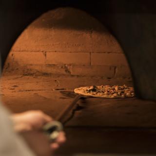 創業当時から変わらぬ味。本格石窯で焼き上げる伝統のピッツァ。