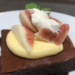 イチジクとブッラータチーズのショコラケーキ バルサミコソース