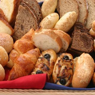 店内工房で焼き上げた自家製パンがお楽しみいただけます。
