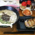 博多とんこつ でびる麺 - でびる麺 餃子 キムチ