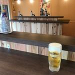 立呑 稼鶏酒場 - 店内は完全立呑みスタイル(荷物フック有り)