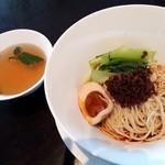 89900083 - 本場四川の汁なしタンタン麺こだわり卵お茶タマゴ付きスープ付き                       痺れる辛さのなかの奥深い味。ピーナッツや松の実の香ばしさも良い。