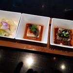 89900271 - 前菜は左からセロリの香りがする野菜の香味漬けみたいのとピータン豆腐と緑豆の寄せもの。なかなかスパイシー。