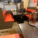 横浜ラーメン みなと家 - 2018年5月 4人テーブルを無理やりカウンターにしているので奥行きが…(´Д`)
