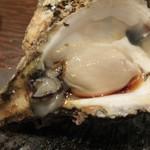 大衆酒場 なんで、や - 岩牡蠣は三重県産。