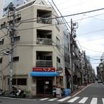 レストラン ベア - 外観、奥は佐竹商店街