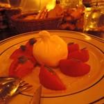 89927319 - プーリア産ブッラータチーズとフルーツトマト