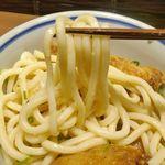 門左衛門 麺・串 - うどんは讃岐うどんなどと比べると柔らかめですが、醤油ベースかつ出汁の旨味が効いたタレとマッチ!朝から猛暑な京都でも美味しくスッキリと楽しめるうどんメニューでした。