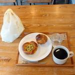 La vie Exquise - エチオピアドリップコーヒー475円、サーモンとツナとアボカドのブリオッシュ324円、ブリオッシュ238円