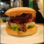 E・A・T GRILL&BAR - 肉汁あふれるバーガー