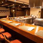 神戸旬膳K's Kitchen - 広くゆったりとした贅沢なカウンター席
